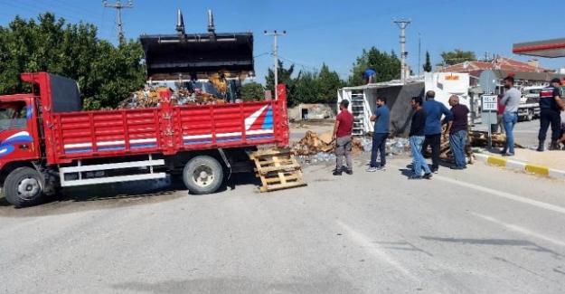 Su yüklü kamyonet devrildi: 2 yaralı