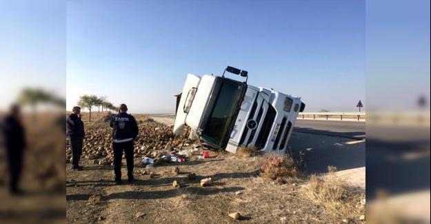 Ömeranlı-Kulu kara yolununda pancar yüklü tır devrildi