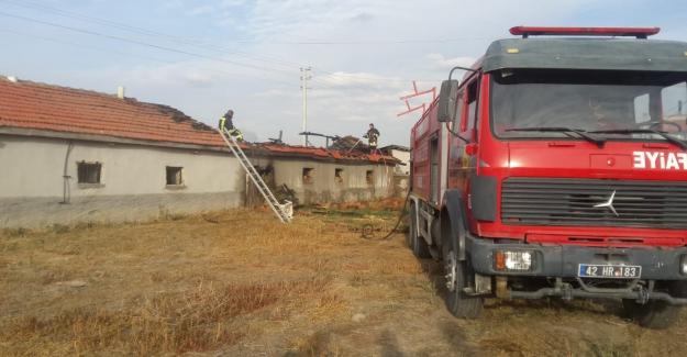 Samanlık yangını eve sıçramadan söndürüldü