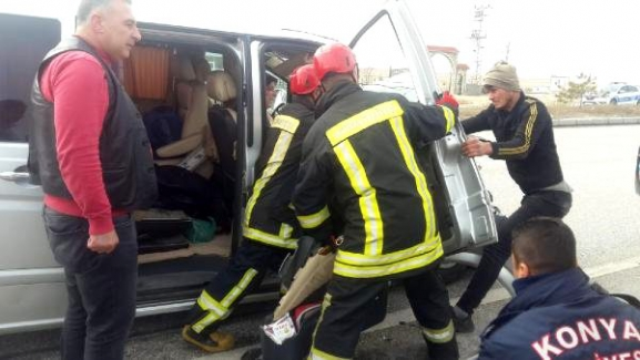 Kulu'da Minibüs, TIR'a çarptı: 5 yaralı