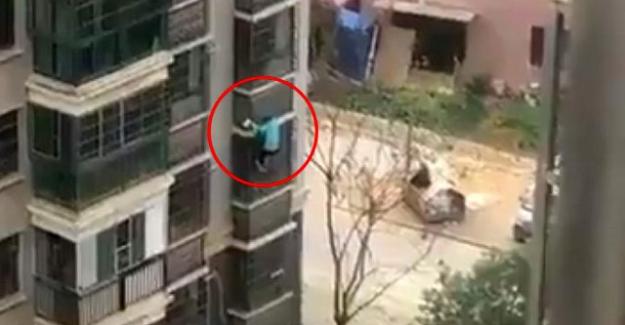 Çin'de virüs sebebiyle karantina altına alınan adam binanın kolonlarına tutunarak kaçtı