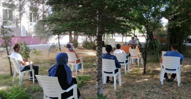 Kulu'da Öğretmenler Çalışmalarını Bahçede Yapıyor