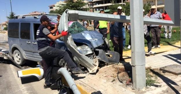 Kulu'da Hafif ticari araç aydınlatma direğine çarptı: 3 yaralı