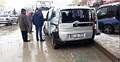 Tır park halindeki hafif ticari aracı çarptı