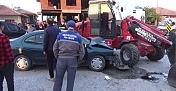 Otomobil ile iş makinesinin çarpışması sonucu 3 kişi yaralandı