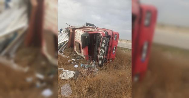 Kulu'da kamyon şarampole devrildi: 2 yaralı
