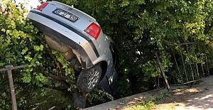Bahçeye uçan otomobil ağaçta asılı kaldı